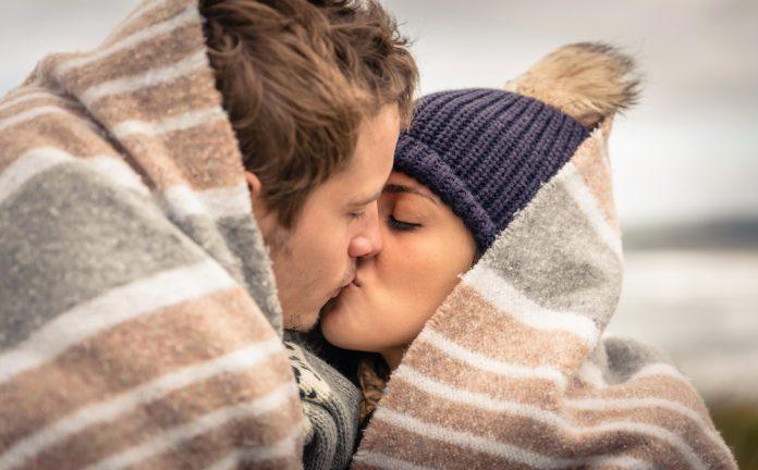 liefde onder warme deken met warme trui aan